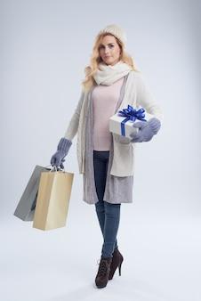 Portrait de toute la longueur de la jeune femme caucasienne recherchant des cadeaux