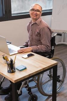 Portrait d'un travailleur adulte au bureau
