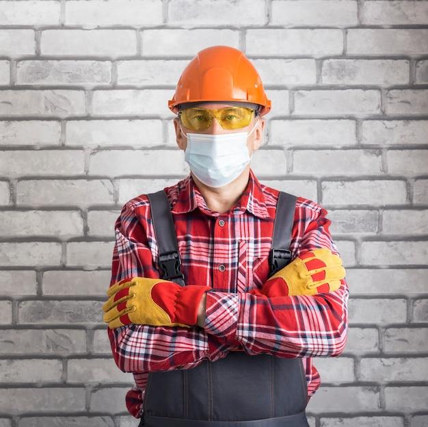 Portrait d'un travailleur adulte portant un masque de protection. travail de sécurité. arrêtez le virus.