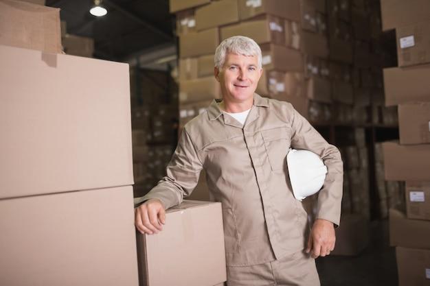 Portrait de travailleur confiant dans l'entrepôt