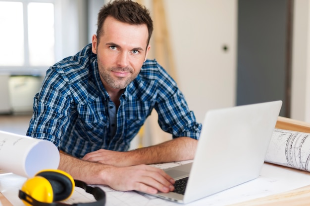 Portrait de travailleur de la construction au travail