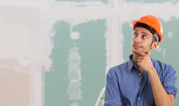 Portrait d'un travailleur dans un appartement. grand espace de copie