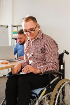Portrait d'un travailleur handicapé au bureau