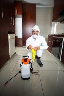Portrait de travailleur manuel avec des gants de protection