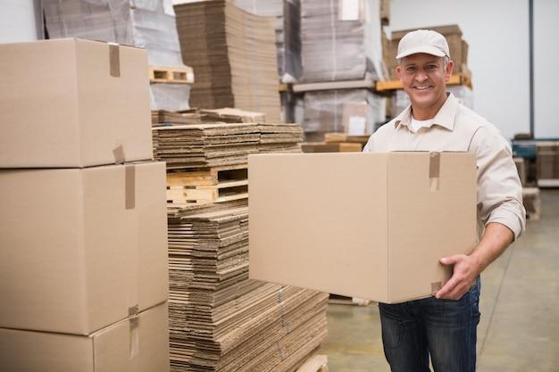 Portrait de travailleur portant la boîte