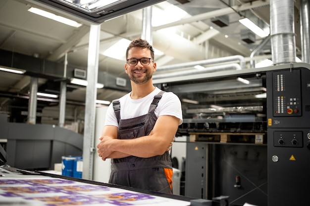 Portrait de travailleur à la salle de contrôle vérifiant la qualité d'impression à l'imprimerie.