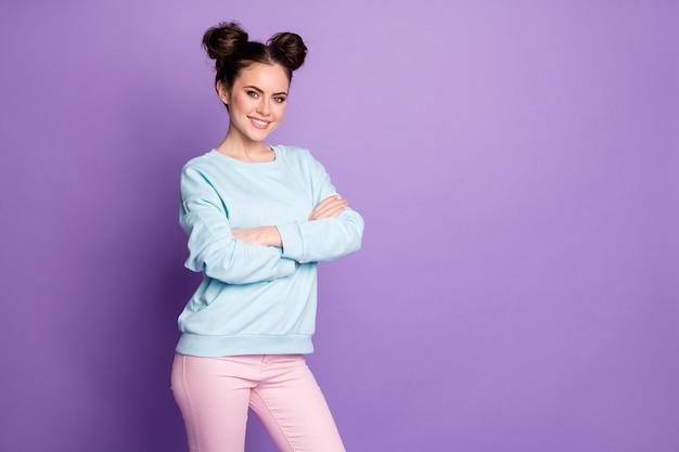 Portrait d'une travailleuse moderne qui réussit à se croiser les mains prêtes à décider de choisir la solution de choix de décision de travail porter une tenue de style jeunesse isolée sur fond de couleur violet