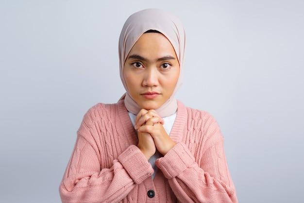 Portrait d'une triste belle femme asiatique isolée sur blanc