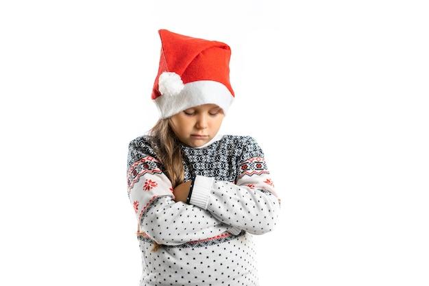 Portrait de triste fille déçue offensée en pull de noël tricoté blanc avec renne isolé...