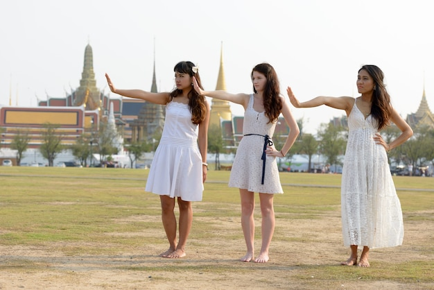 Portrait de trois belles jeunes femmes multiethniques comme amis ensemble dans le parc en plein air