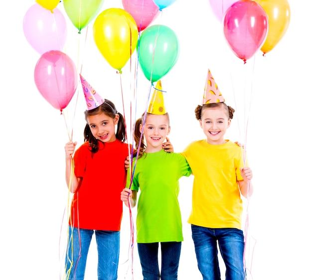 Portrait de trois mignonnes petites filles avec des ballons colorés - isolés sur fond blanc