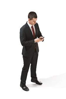 Portrait de trois quarts d'un homme d'affaires au visage très sérieux. professionnel confiant au regard perçant au premier plan de la caméra.