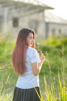 Portrait d'uniforme universitaire étudiant asiatique ou thaïlandais belle fille se détendre et sourire