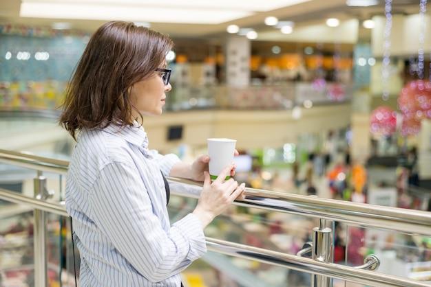Portrait urbain de femme mûre dans un centre commercial de divertissement