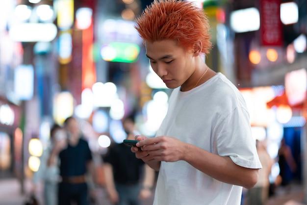 Portrait urbain de jeune homme au gingembre