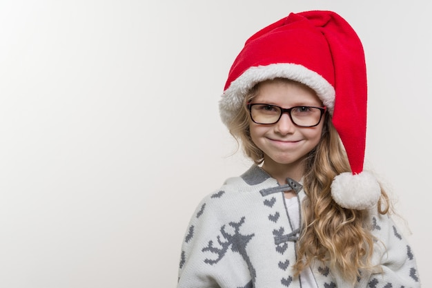 Portrait de vacances d'hiver de fille drôle dans le chapeau du père noël