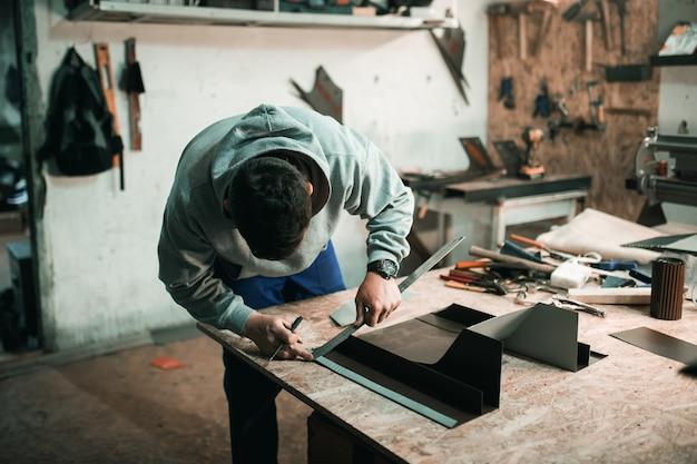 Portrait d'un véritable forgeron ferblantier d'un homme qui travaille le métal dans son atelier,