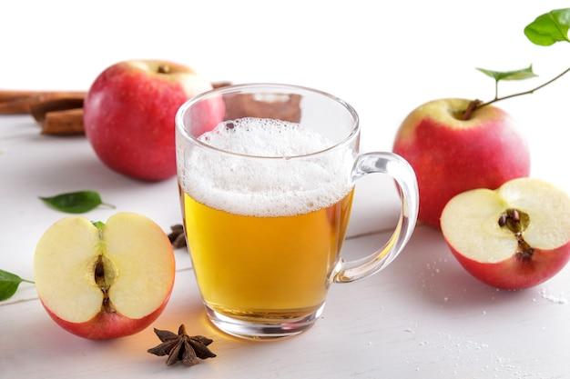 Portrait d'un verre de cidre de pomme prêt à boire