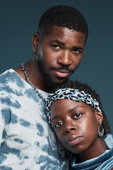 Portrait vertical d'un jeune couple afro-américain portant des vêtements de rue décontractés tout en posant un...