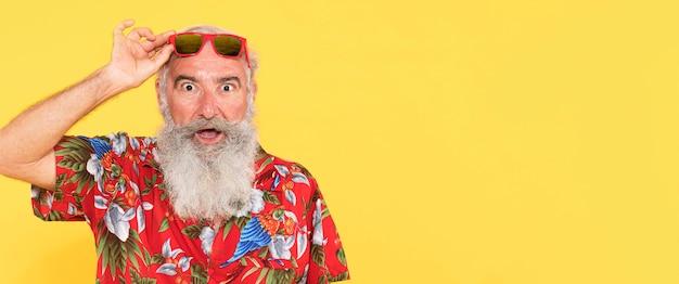 Portrait de vieil homme avec espace copie