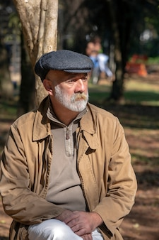 Portrait de vieil homme pense à la vie