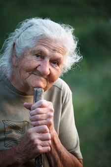 Portrait d'une vieille femme aux cheveux gris