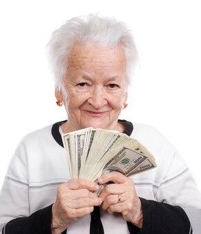 Portrait d'une vieille femme tenant de l'argent en main isolé