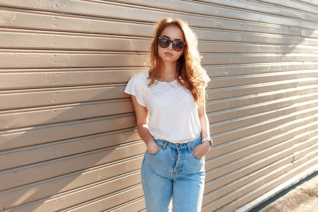 Portrait vintage d'une belle jeune fille dans un t-shirt blanc
