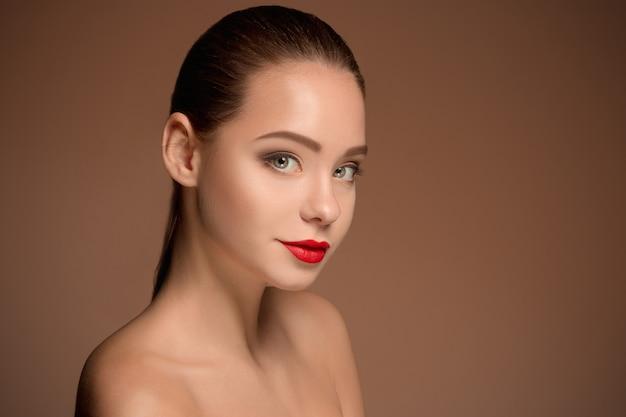 Portrait de visage de belle femme bouchent