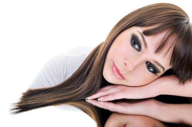 Portrait de visage de belle femme brune