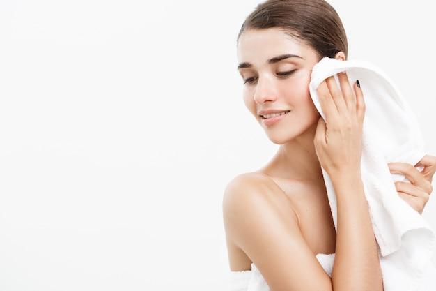 Portrait de visage belle femme caucasienne. belle jeune fille modèle féminin belle beauté lisse son visage sur fond blanc.