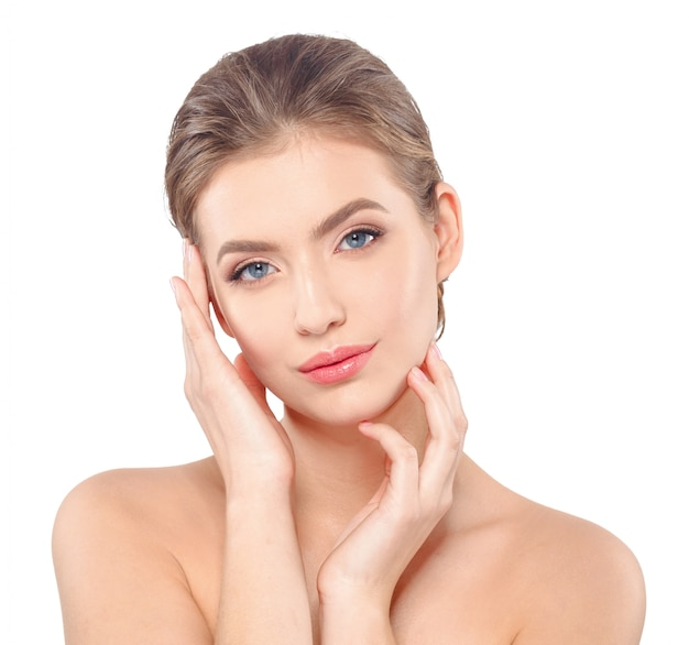 Portrait visage belle jeune femme avec une peau saine.