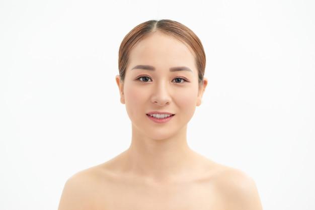 Portrait de visage de femme asiatique de beauté. belle fille modèle de spa avec une peau propre et fraîche parfaite. concept de jeunesse et de soins de la peau. isolé sur fond blanc