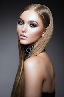Portrait de visage de femme de beauté. beau modèle femme avec perfect fresh clean skin
