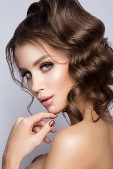 Portrait de visage de femme de beauté. beau modèle fille avec une peau propre et fraîche