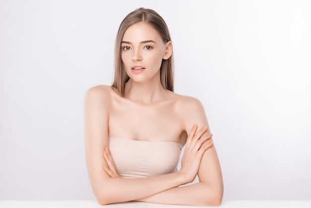 Portrait de visage de femme de beauté, belle jeune femme avec une peau saine et propre, soin du visage. cosmétologie, beauté et spa, isolé sur mur blanc
