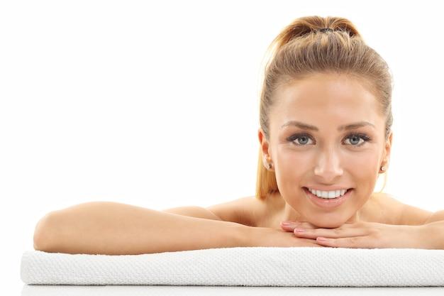 Portrait de visage de femme isolé sur blanc avec une peau saine