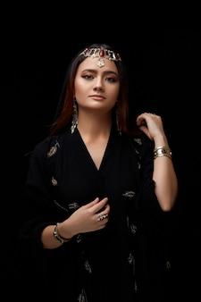 Portrait de visage de femme orné de bijoux orientaux