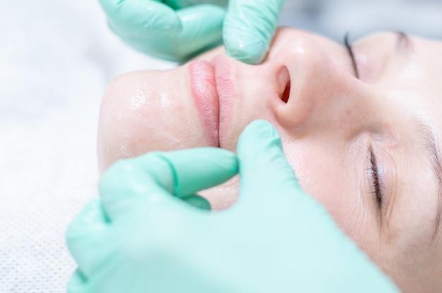 Portrait d'un visage de femme avec une peau à problèmes. procédure d'épluchage. beauté naturelle. technique mixte