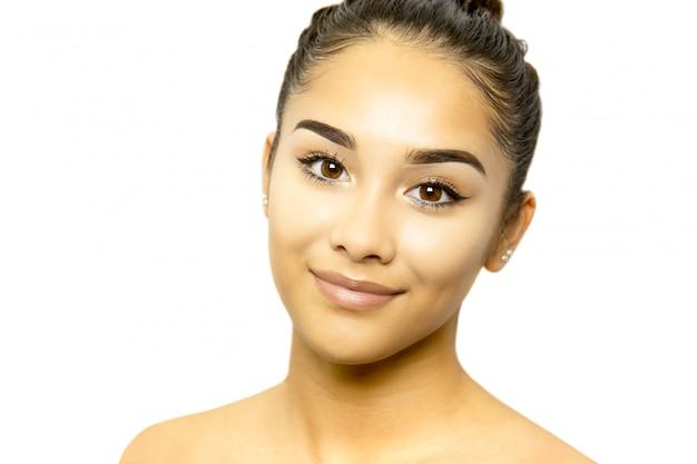 Portrait de visage de jeune femme métisse isolé sur fond blanc.