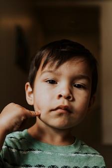Portrait de visage sceptique d'un enfant
