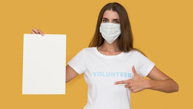 Portrait de volontaire portant un masque facial