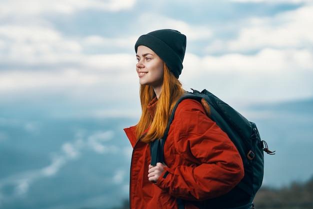 Portrait d'un voyageur dans les montagnes dans la nature rock paysage nuages ciel modèle