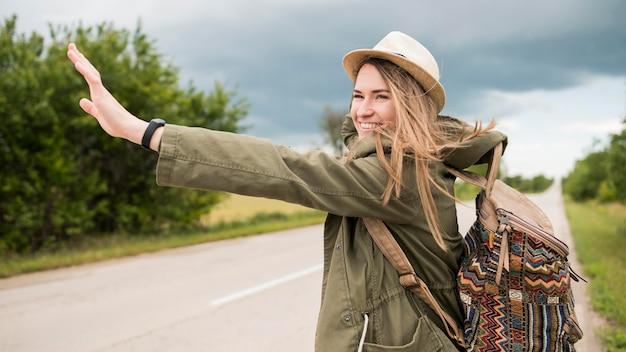 Portrait de voyageur élégant faisant de l'auto-stop
