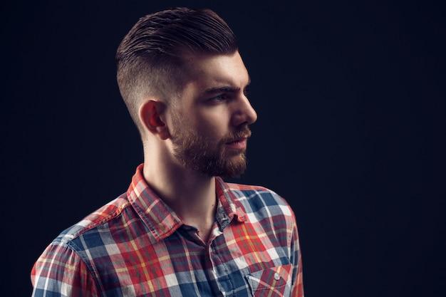 Portrait de vue de côté du jeune homme élégant à la recherche de suite