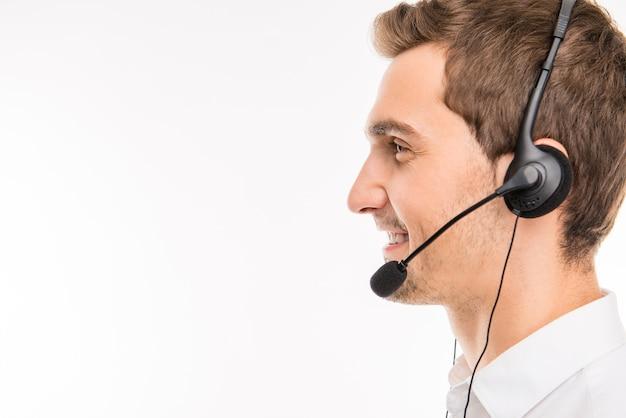 Un portrait de vue latérale du jeune agent souriant du centre d'appels