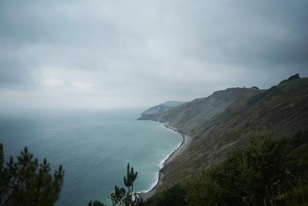 Portrait de vue sur la mer à couper le souffle depuis une falaise