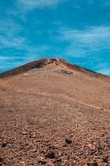 Portrait vue sur le sommet du teide, le plus haut volcan et la montagne en espagne