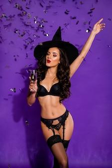 Portrait de vue verticale d'elle elle belle attrayante superbe dame aux cheveux ondulés buvant du vin bénéficiant de repos festif se détendre isolé sur fond de couleur lilas violet violet vif brillant