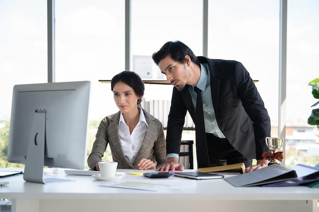 Portraits de bussiness homme et femme travaillant dans le bureau des finances